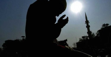 "A Pakistani Muslim prays for tsunami victims during the Friday noon prayer at a mosque in Islamabad, 07 January 2005. Pakistani people observed ""Yom-e-Dua or ""Prayer Day"" across the nation to pray for the victims of the tsunami disaster, which has claimed so far 165,000 lives after it devastated the Asian coastline on 26 December 2004. AFP PHOTO/Jewel SAMAD"